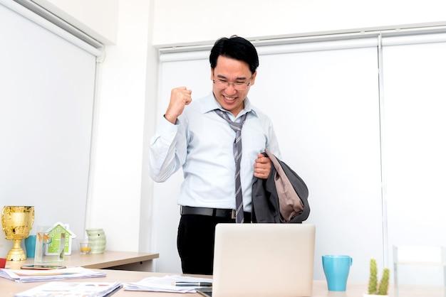 사업가가 프로젝트를 마칩니다. 비즈니스 성공과 행복입니다. 휴가 휴가 준비.