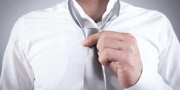 彼のネクタイを修正するビジネスマン。ファッション、ライフスタイル
