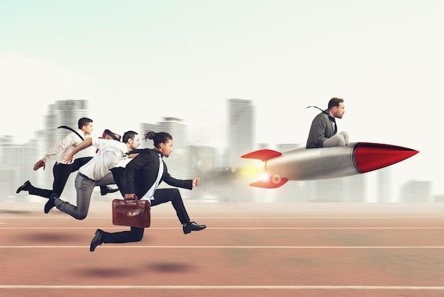 Бизнесмен летает с ракетой во время гонки с противниками. 3d-рендеринг