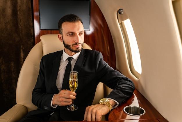 プライベートジェットで飛んでいるビジネスマン
