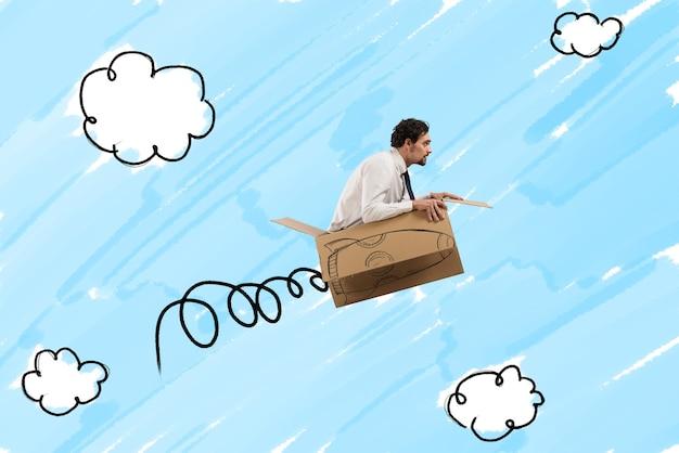 Бизнесмен, летящий с картонной ракетой с огнем в небе