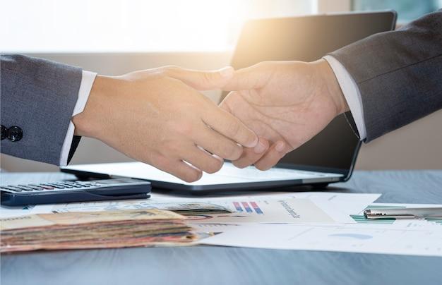 Жест бизнесмена, пожимая руку для успешного ведения переговоров. они добиваются успеха и получают удовольствие от маркетинговой деловой встречи между поставщиком и клиентом.