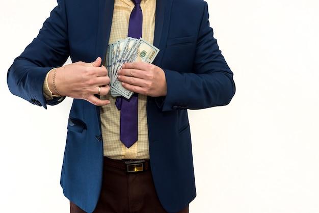 ビジネスマンは賄賂を受け取り、ジャケットのポケットにドルを隠します