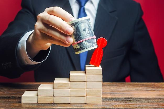 ビジネスマンは賄賂のお金の助けを借りて相手を取り除きます。
