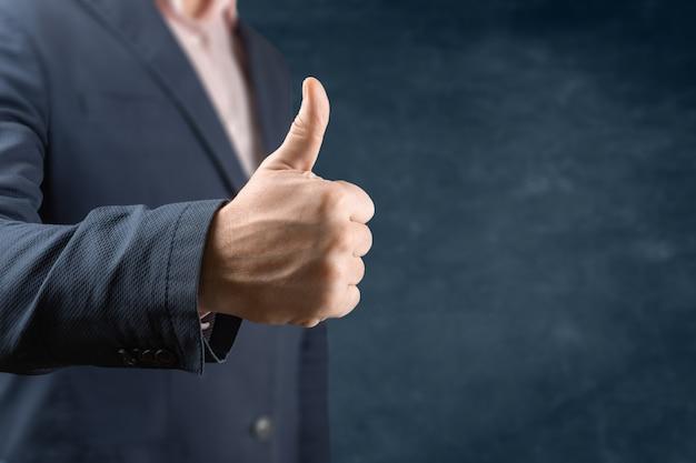 Бизнесмен дает большие пальцы руки вверх как мотивация в концепции офиса