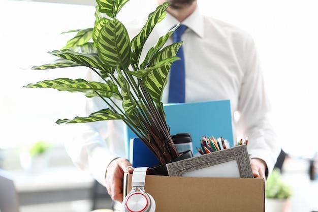 사업가 covid 경제 불황과 해고 사무실 클로즈업에서 자신의 재산을 꺼내고 해고