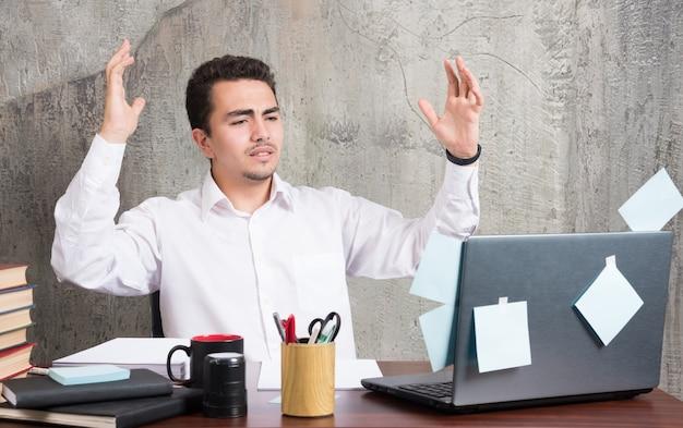 사업가 사무실 책상에서 자신의 사업에 관한 슬픈 소식을 받았습니다.