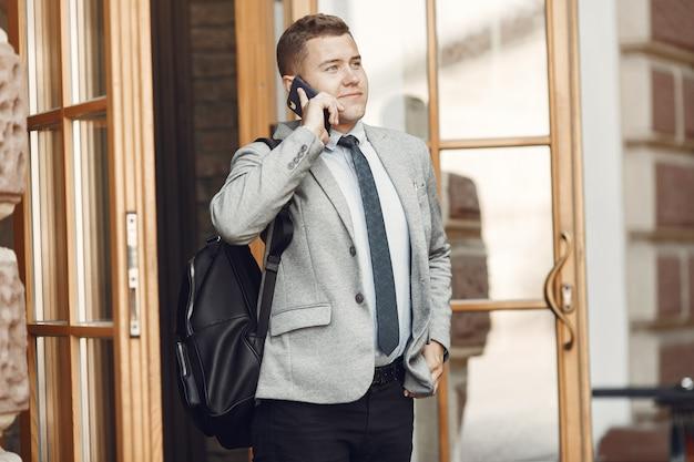 ビジネスマン。スーツを着た男。男性は携帯電話を使用します。