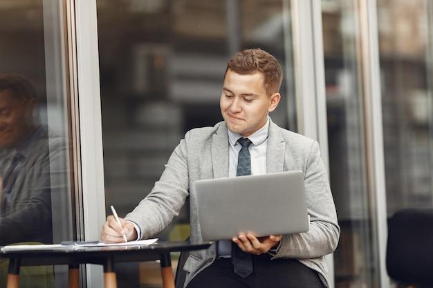Бизнесмен. парень в костюме. malw использовать ноутбук.