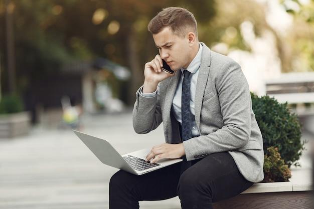 Uomo d'affari. ragazzo in giacca e cravatta. il maschio usa un laptop.