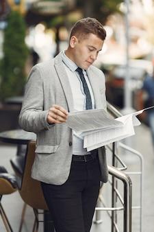 Uomo d'affari. ragazzo in giacca e cravatta. maschio con documenti.