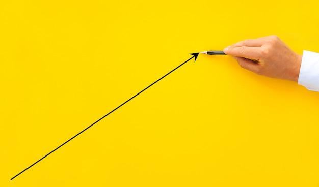 成長ビジネスの矢印とステップ階段としてウッドブロックの積み重ねを配置するビジネスマンの手。ビジネスの成長の概念。