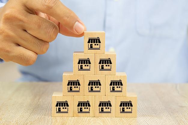 사업가 손 프랜차이즈 마케팅 아이콘 저장소와 나무 블로그를 선택