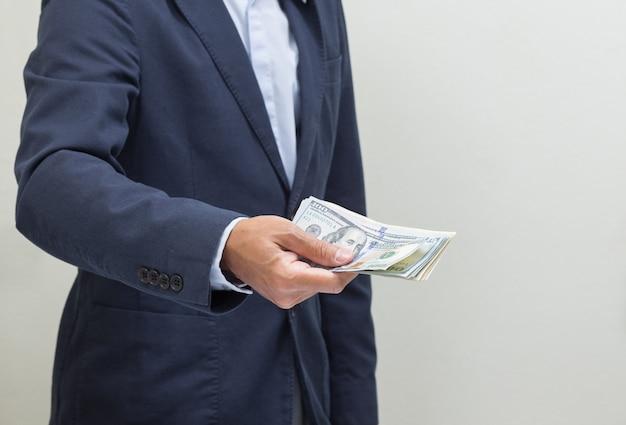 Бизнесмен рука, хватая банкноты доллара сша, usd