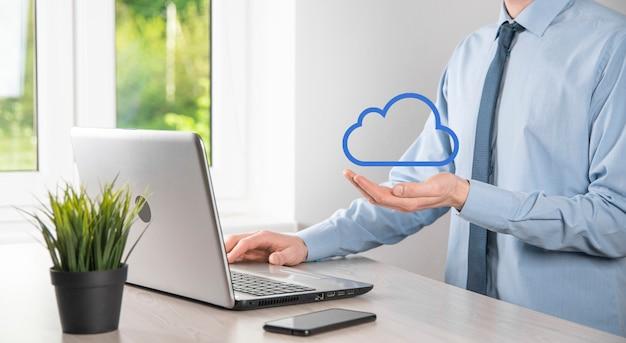 사업가 손을 잡고 클라우드. 클라우드 컴퓨팅 개념, 그의 손 위에 구름과 젊은 사업가의 닫습니다. 클라우드 서비스의 개념입니다.