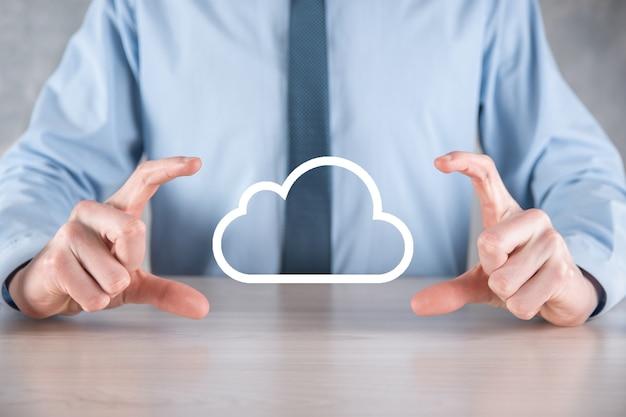 Рука бизнесмена держа облако. концепция облачных вычислений, заделывают молодого делового человека с облаком над его рукой.