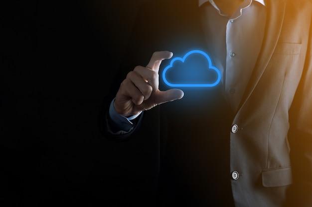 Рука бизнесмена держа концепцию облачных вычислений в ладони.