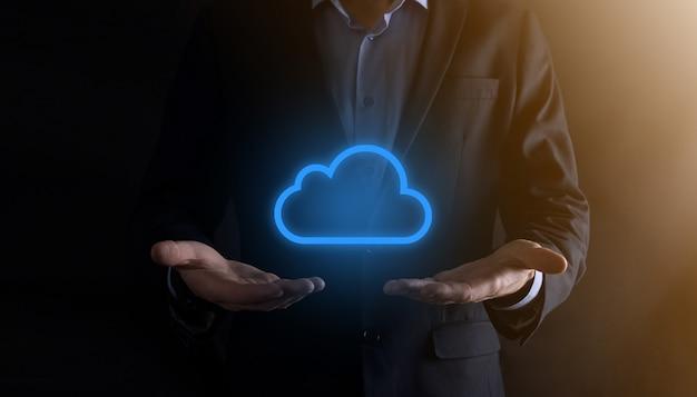 Рука бизнесмена держа концепцию облачных вычислений в ладони