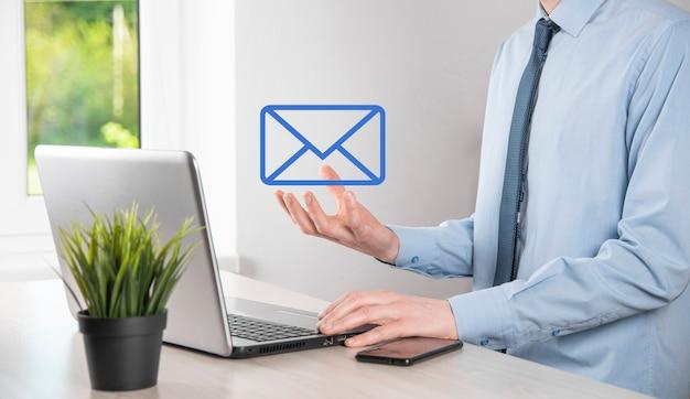 Бизнесмен рука значок электронной почты, свяжитесь с нами по электронной почте информационного бюллетеня и защитите вашу личную информацию от спама. колл-центр обслуживания клиентов свяжитесь с нами концепция