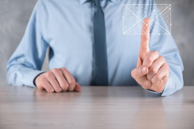 Бизнесмен рука значок электронной почты, свяжитесь с нами по электронной почте информационного бюллетеня и защитите свою личную информацию от спама. колл-центр обслуживания клиентов свяжитесь с нами концепция.