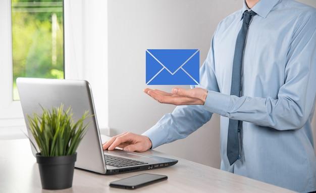 Бизнесмен рука значок электронной почты, свяжитесь с нами по электронной почте информационного бюллетеня и защитите вашу личную информацию от спама. колл-центр обслуживания клиентов свяжитесь с нами концепция.