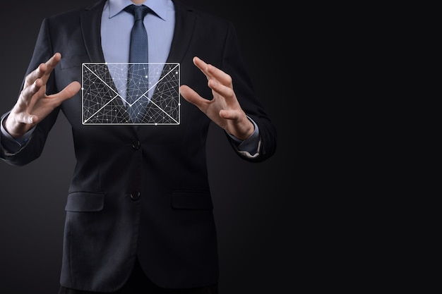 전자 메일 아이콘을 들고 있는 사업가 손, 뉴스레터 이메일로 문의하고 개인 정보 보호