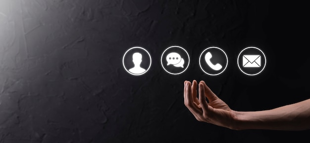 사업가 손을 잡고 아이콘 전화, 메일, 전화, 메시지, 게시물 및 사람, 사용자를 누릅니다. 고객 서비스 콜 센터에 문의하십시오. concept.banner, copy space.contact methods.