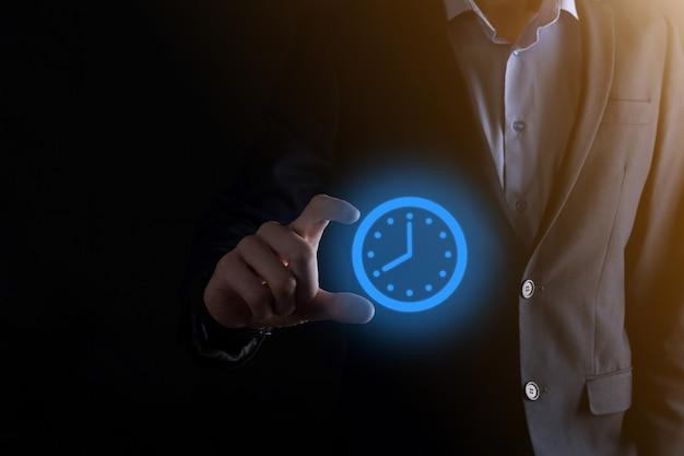 사업가 손 화살표와 시간 시계 아이콘을 보유하고있다. 업무의 신속한 실행 업무 시간 관리와 업무 시간은 돈 개념입니다.