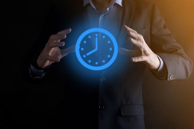 ビジネスマンの手は矢印で時間時計のアイコンを保持します。仕事の迅速な実行。ビジネス時間の管理とビジネス時間はお金の概念です。