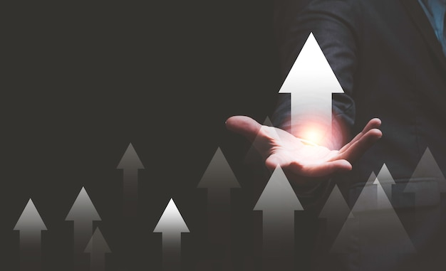 Рука бизнесмена указывает вверх или увеличить черный фон стрелки.