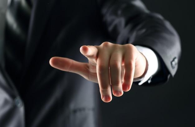 Рука бизнесмена, нажав воображаемую кнопку на виртуальном экране