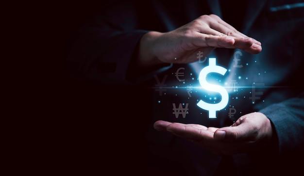 テクノロジーの外貨両替や送金のコンセプトのために、米ドル記号やポンド円やユーロなどの他の通貨記号を保護するビジネスマンの手。