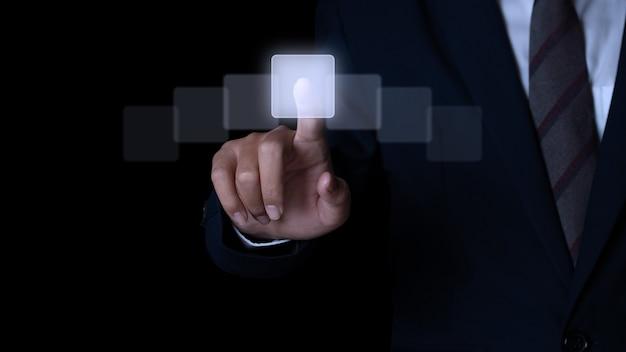 タッチスクリーンインターフェイスを押すビジネスマンの手。選択の概念。