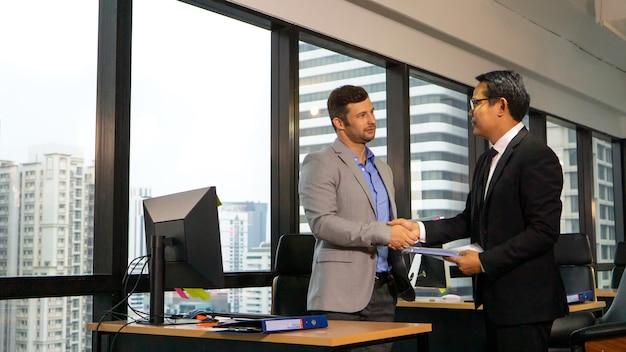 사무실에서 계약에 사업가 손 흔들어.