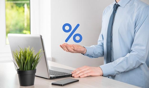 Рука бизнесмена занимает значок символа процента. концепция финансовых и ипотечных ставок процентной ставки.