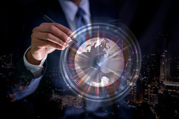 Рука бизнесмена касаясь абстрактной глобальной сети и обмена данными по всему миру значок