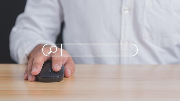 情報を検索するためにマウスを使用してウェブサイトを開くビジネスマンの手。検索コンセプト。