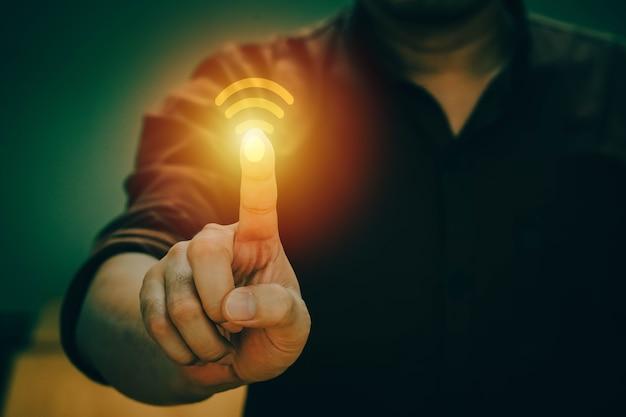 Бизнесмен рука работает с бизнес-стратегией как концепция