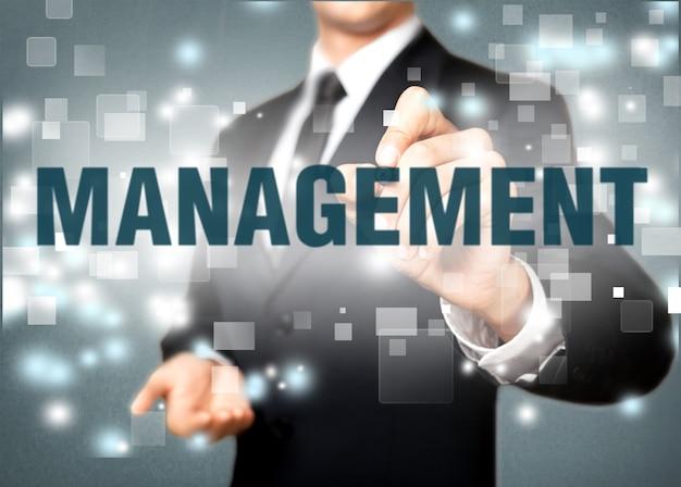 コンセプトとして新しい現代のコンピューターとビジネスの成功を扱うビジネスマンの手