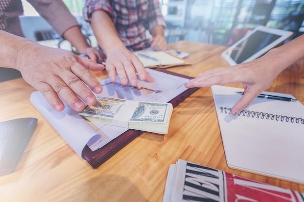 ビジネスマンは、お金を拾うためにスクランブルを手にする。チャレンジコンセプト