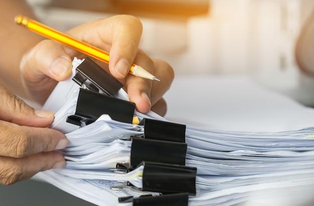 Предприниматель проводит поиск и проверку письменных недоделанных документов Premium Фотографии