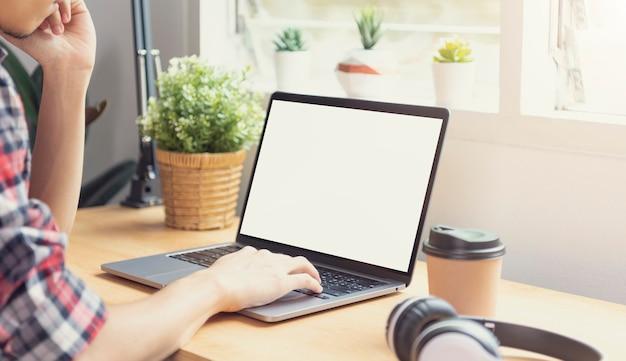 빈 화면이 있는 노트북을 사용하는 사업가 손. 컴퓨터 모니터의 모형. Copyspace 디자인 또는 텍스트에 대 한 준비입니다. 프리미엄 사진