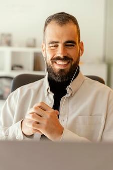 仕事のためのビデオ通話をしているビジネスマン