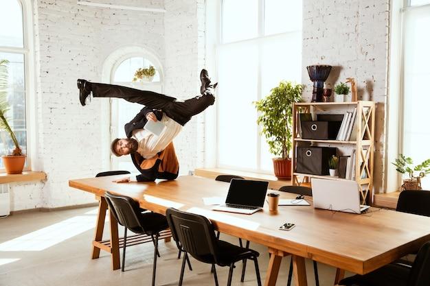 직장에서 사무실에서 댄스 브레이크 댄스를 즐기는 사업가