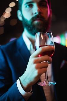 ワインのグラスを持つ実業家