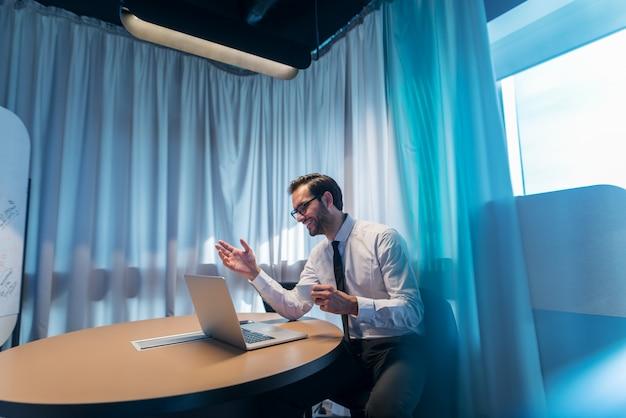 会議室でビデオ通話を持つ実業家。