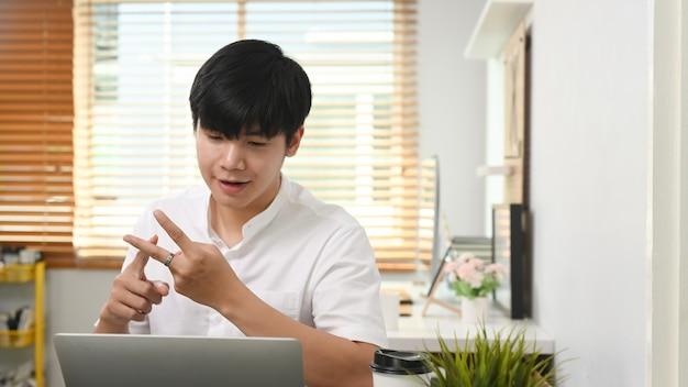 사업가는 노트북으로 비즈니스 파트너와 화상 통화를 하고 온라인으로 작업 프로젝트를 논의합니다.