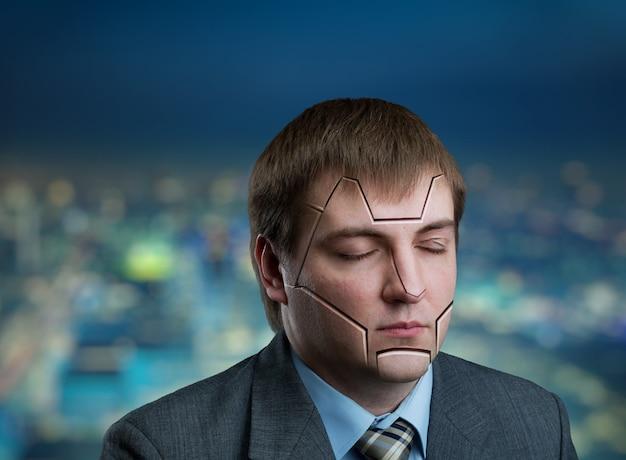 街の背景に彼の顔にひびが入ったビジネスマンの頭