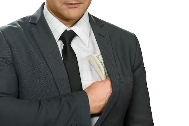 사업가 돈을 숨깁니다. 마음에 더 가깝습니다. 모든 단계를 염두에 두십시오. 숨겨진 자원.