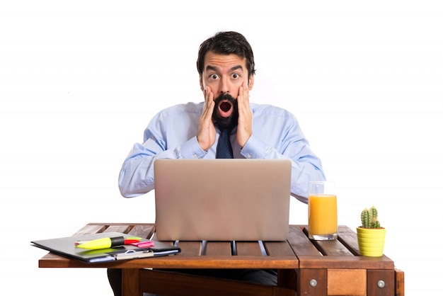 Uomo d'affari nel suo ufficio facendo gesto di sorpresa